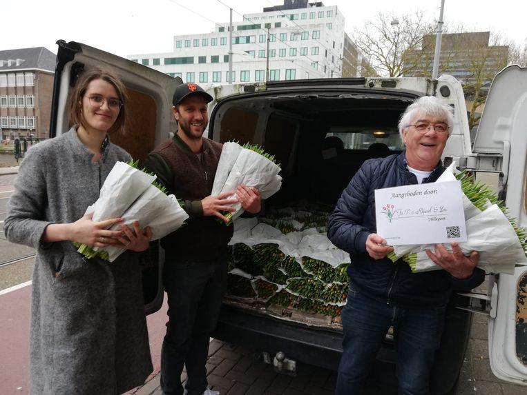 De firma Van Rijssel deelt tulpen uit. Beeld Privéfoto