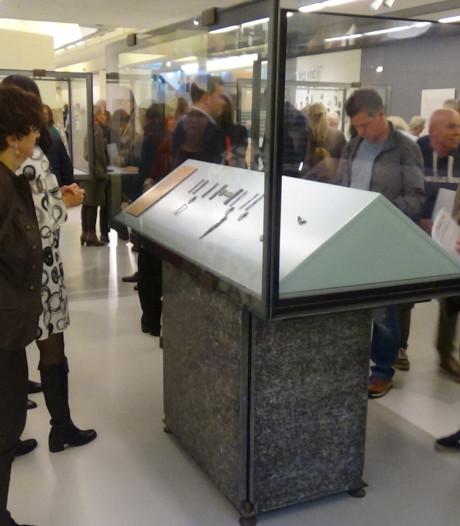 Klavertje vier kon neergestorte Duitse piloot niet redden; zijn bedelarmbandje is nu te zien in museum CODA Apeldoorn