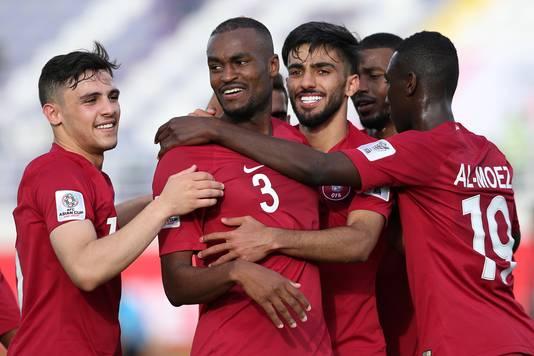 Qatar-spelers vieren een treffer tegen Noord-Korea.