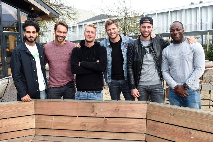 Vlnr: presentator Kay Nambiar met Miro Kloosterman , Chef'Special-zanger Joshua Nolet , Tim Douwsma ,  Donny Roelvink en Maurits 'Negativ' Delchot.