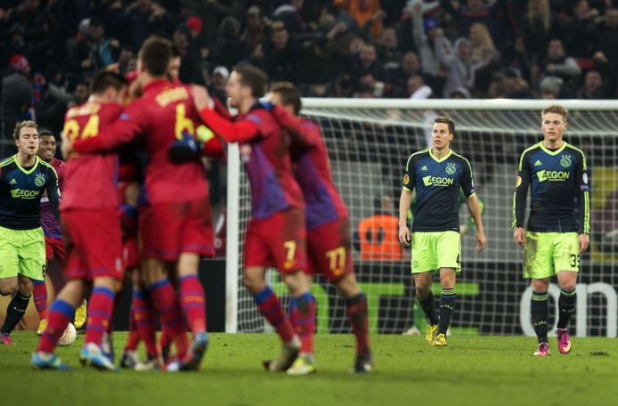 Ajax ging onderuit in Boekarest. Rechts Niklas Moisander en Viktor Fischer.