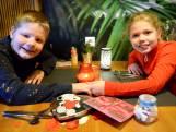 Verliefde kids vieren Valentijnsdag in Neede: 'Zoenen, dat doen we straks thuis wel!'