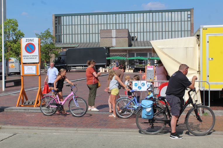 Het zomerse weer trekt wat mensen naar de markt, maar echt druk is het nooit.