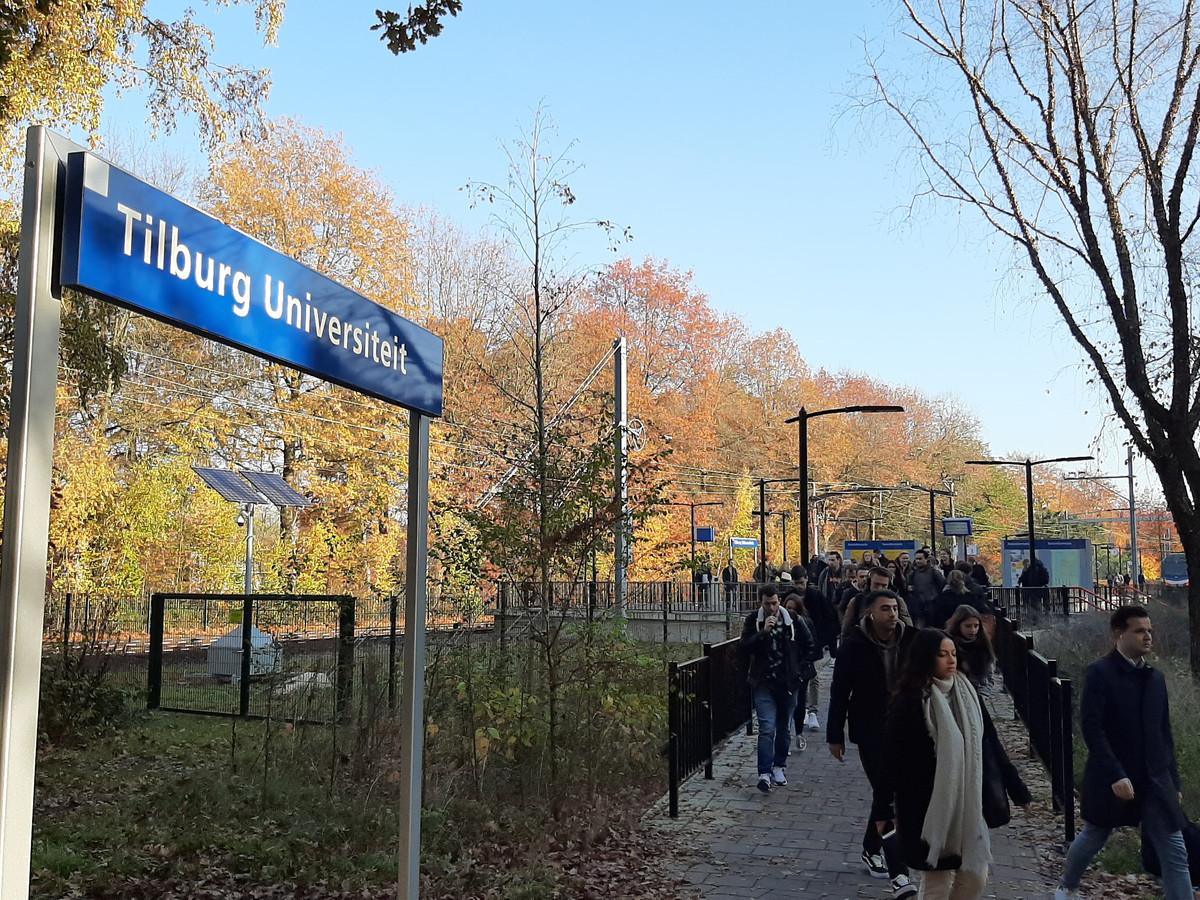 Spoorstudenten op weg naar de universiteit.