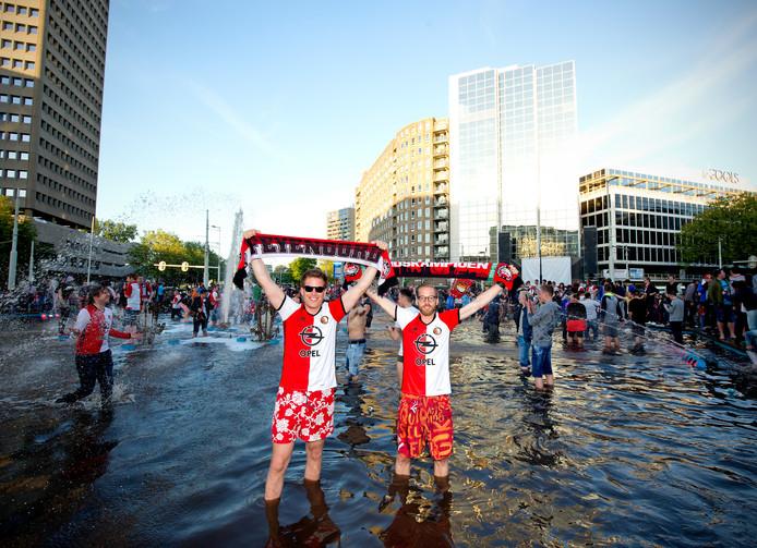 Fans van Feyenoord in de fontein op Hofplein in Rotterdam.