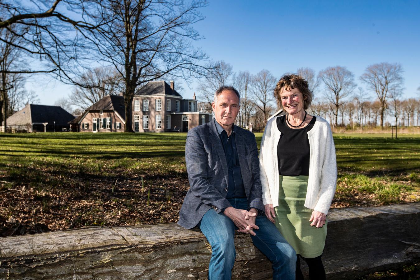 In de strijd tegen plannen voor een zonnepark nabij landgoed de Vlaminckhorst in Heino krijgen Henk van der Wal en zijn vrouw Nellie Verhoef hulp van Egbert den Daas, die de rol van de gemeente in deze zaak betwist.