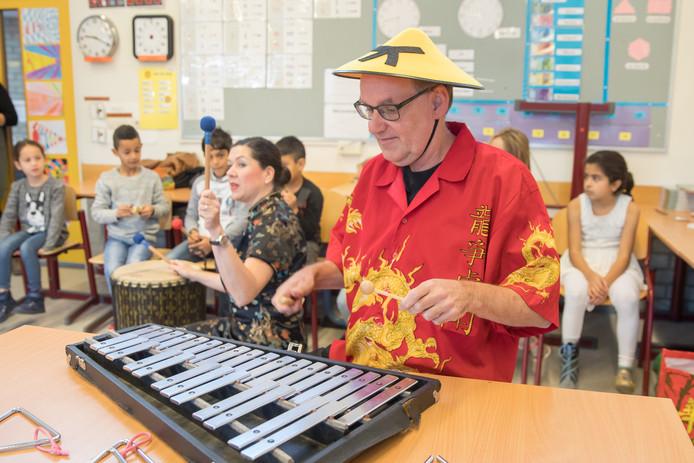 Gastdocent Hans Hest verzorgt een muziekles;