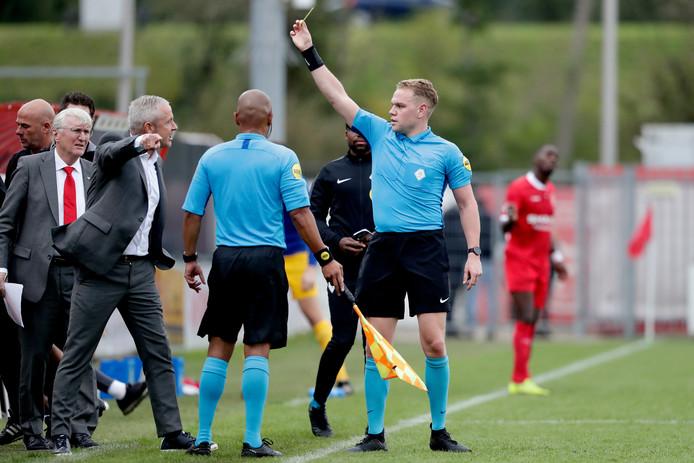 Arbiter Alex Bos geeft GA Eagles-coach Jack de Gier de gele kaart na aanmerkingen op de leiding.
