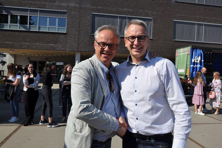 Marc Bellinkx rechts, krijgt persoonlijke felicitaties van de afgevaardigde van de organisatie