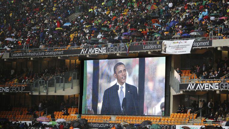 Obama afgebeeld op een groot scherm in het stadion in Johannesburg. Beeld ap