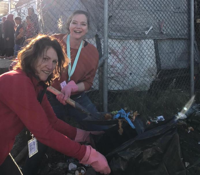 Leny de Ruiter en haar dochter Elise in de weer met afval op Lesbos