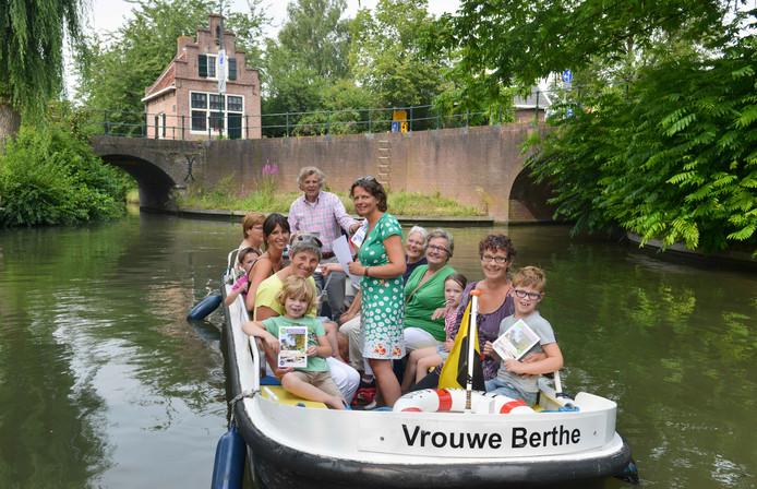 Vrouwe Berthe: een van de twee verwoeste rondvaartboten van Yselvaert in de grachten van IJsselstein.