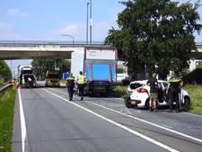 Bestelbus klapt achterop auto bij Veghel: baby en drie inzittenden gewond