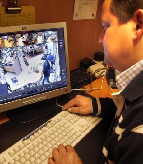 Politie Almelo roept gefilmde winkeldievegge op zich aan te geven