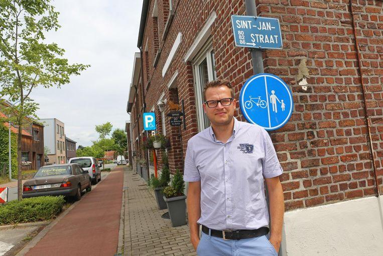 Een archiefbeeld van voormalig gemeenteraadslid Joris Verspecht aan de Sint-Janstraat. Hij is deels tevreden met het aangepaste plan, al mogen de bouwregels voor hem nog strenger.