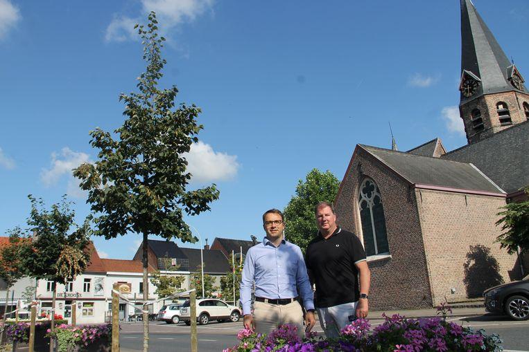 Tom en Vincent van Unizo aan het Dorpsplein, waar Lendlee Congé zal plaatsvinen.