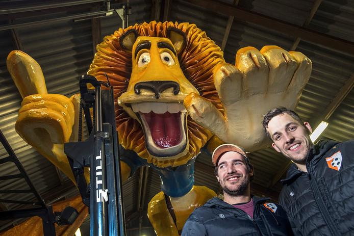 Aanvoerder Eric van den Boogaard (r) en assistent-trainer Bram Brul bij de carnavalswagen van CV Nie Mááuwe.