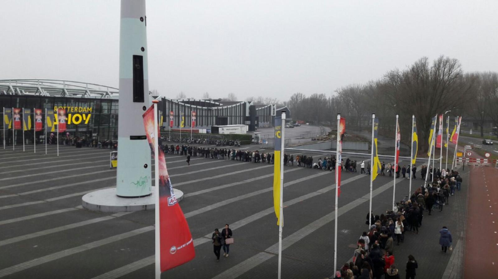 Gigantische Rij Voor Rotterdam Ahoy Voor Spotgoedkope Bh S