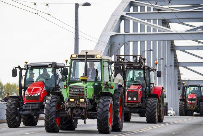 Tractoren op de John Frostbrug in Arnhem voorafgaand aan de protestactie bij het provinciehuis van Gelderland in.