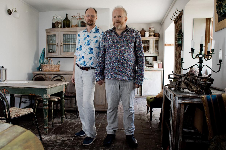 Tomasz Kitlinski en zijn echtgenoot Pawel Leszkowicz in een café in Lublin.  Beeld Piotr Malecki
