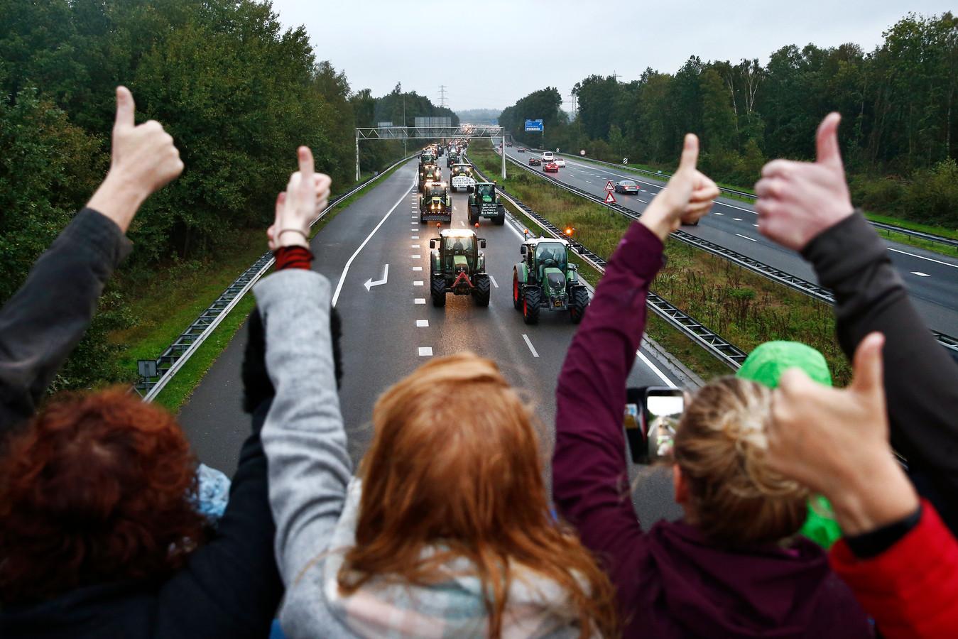 Boeren blokkeren met hun trekkers de snelweg.