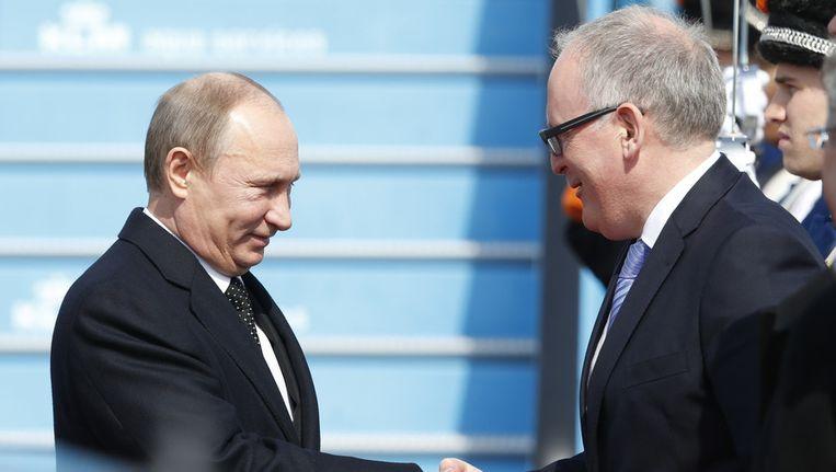 Minister Frans Timmermans begroet de Russische president Vladimir Poetin op Schiphol, ter ere van de opening van het Nederland-Ruslandjaar. Beeld null