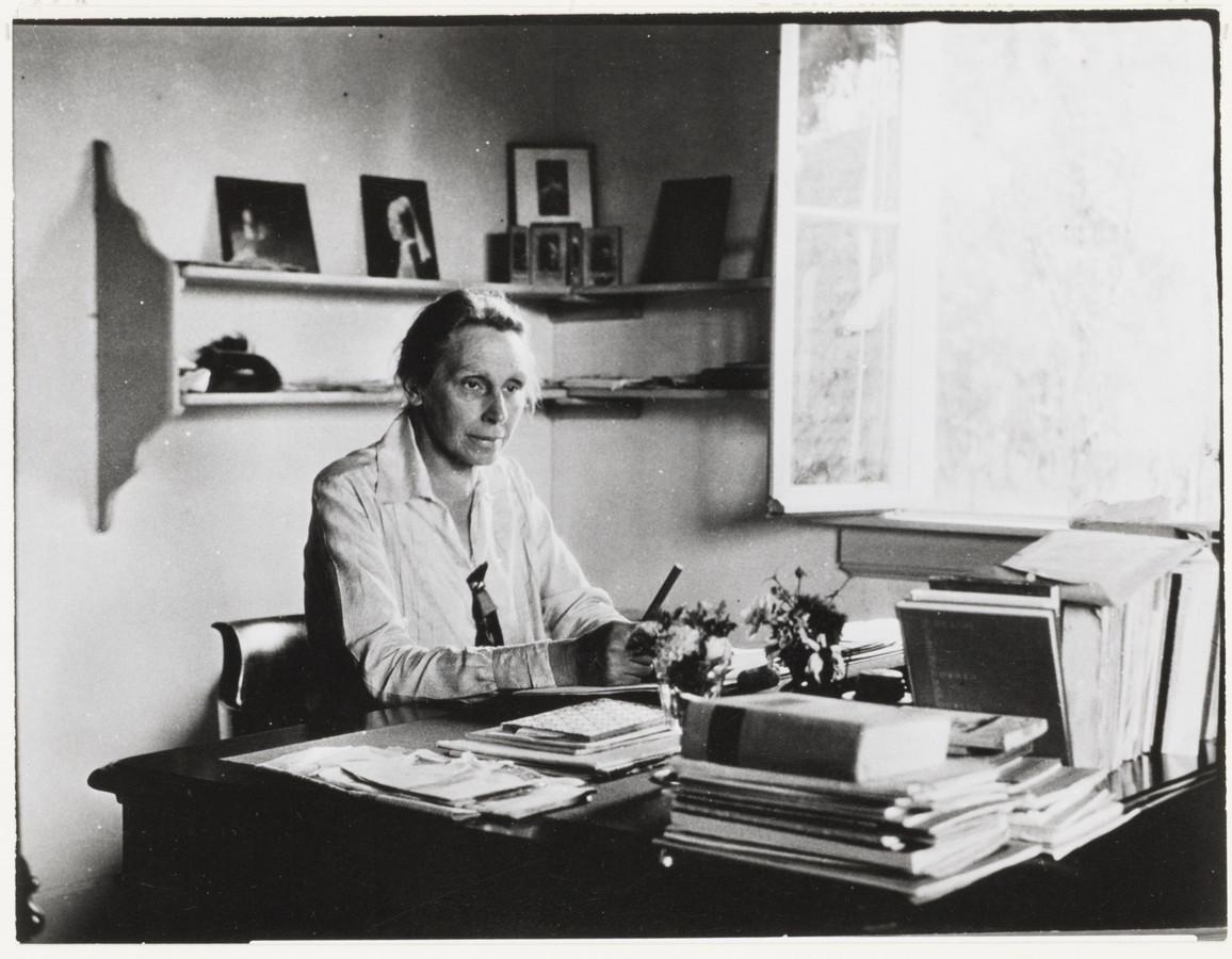 Foto van Henriette Goverdina Anna Roland Holst-van der Schalk in 1920 in Achtmaal