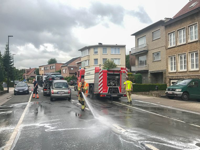 De brandweer kwam ter plaatse om het wegdek te reinigen.