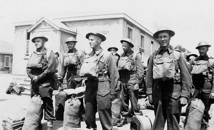 Carlyle Hodgins (tweede van links) met zijn kameraden van de 43e Battery van het 12e Field Regiment van de Royal Canadian Artillery, dat in april 1945 betrokken is bij de bevrijding van Raalte.