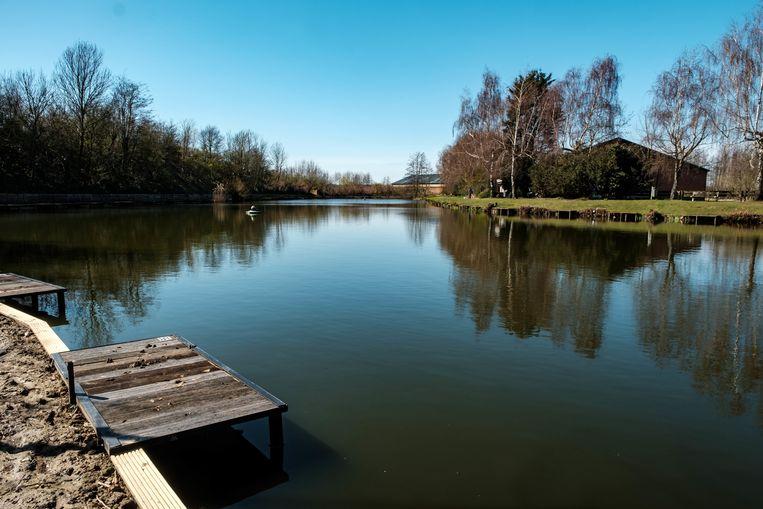 Borsbeek in lockdown. De visvijver van de Fortvissers ligt er verlaten bij.