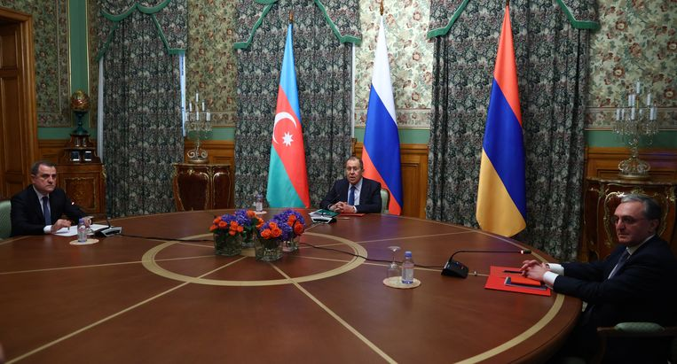 De Russische minister van Buitenlandse Zaken Sergei Lavrov (midden) bemiddelde bij de besprekingen in Moskou tussen de buitenlandministers van Azerbeidzjan, Jeyhun Bayramov (links), en Armenië, Zohrab Mnatsakanyan (rechts). Beeld EPA