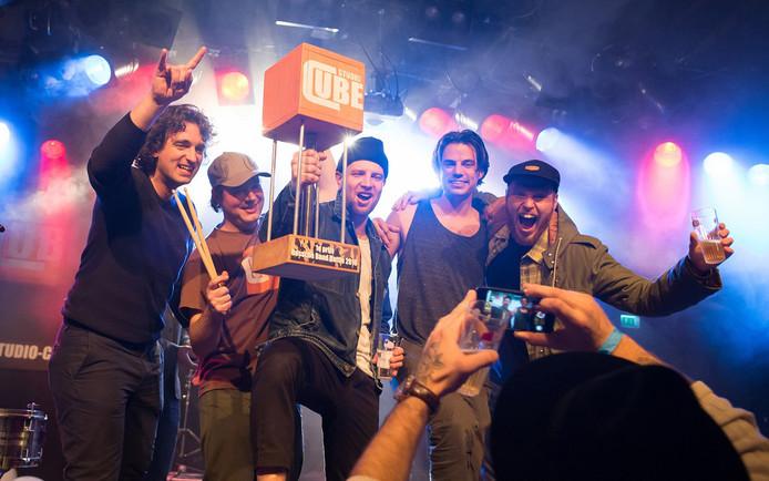 Organisator Luuk Bergervoet (links) met de winaars uit 2016, The Holymen uit Amsterdam