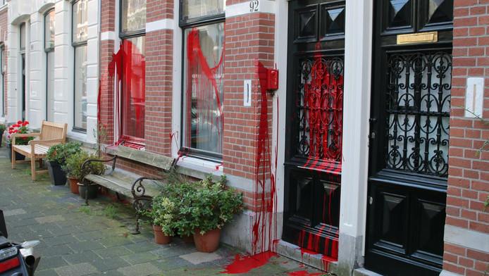 De woning aan de Columbusstraat zit helemaal onder de rode verf.
