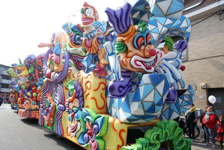 De indrukwekkende char van De Maskottes was dit jaar geïnspireerd door Cirque du Soleil.
