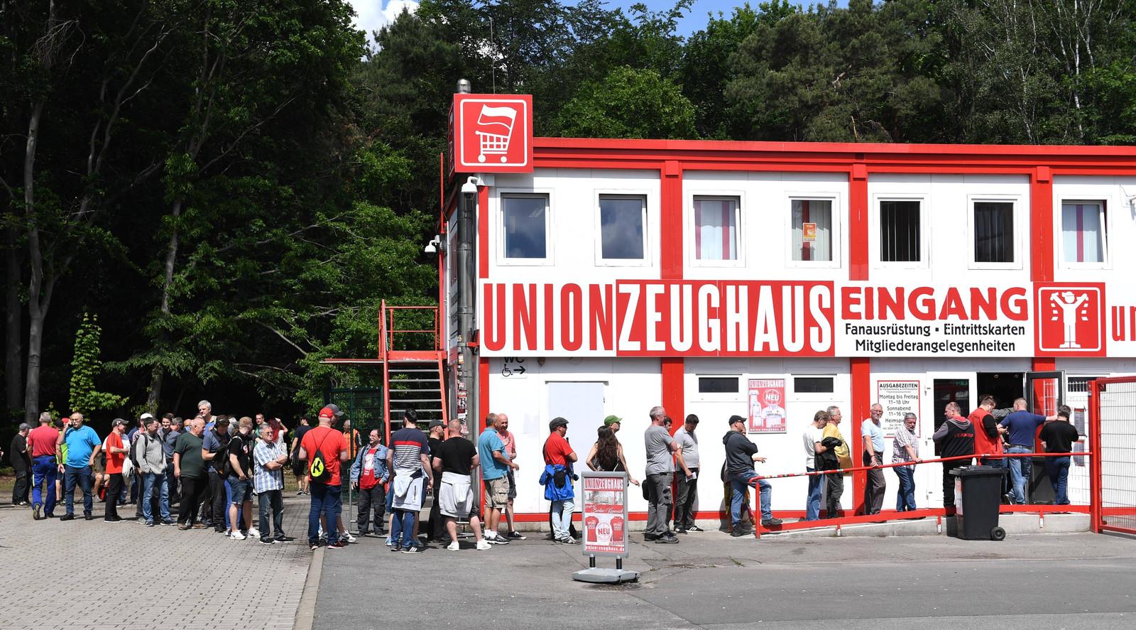Supporters van Union Belin staan in de rij van hun stadion An der Alten Försterei om een kaartje te bemachtigen voor het duel met VfB Stuttgart.