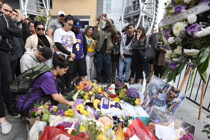 Fans leggen bloemen, brieven, kaarten en foto's bij het Staples Center in Los Angeles.
