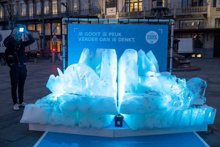 Confronterend beeld: twee ijsberen gevuld met sigarettenpeuken, want die kunnen ook tot op de Noordpool stromen.