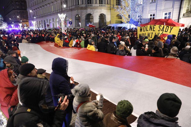 Op 14 december werd in verschillende steden in Polen gedemonstreerd tegen het voornemen van de regering om de rechtsspraak te hervormen. Beeld EPA