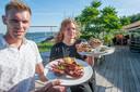 Maurits van der Velde en Jasmijn Peul serveren kreeft en een schelpencombinatie. De kreeft wordt opgetakeld uit het haventje en nog levend aan de gasten voorgelegd, waarna hij wordt bereid.