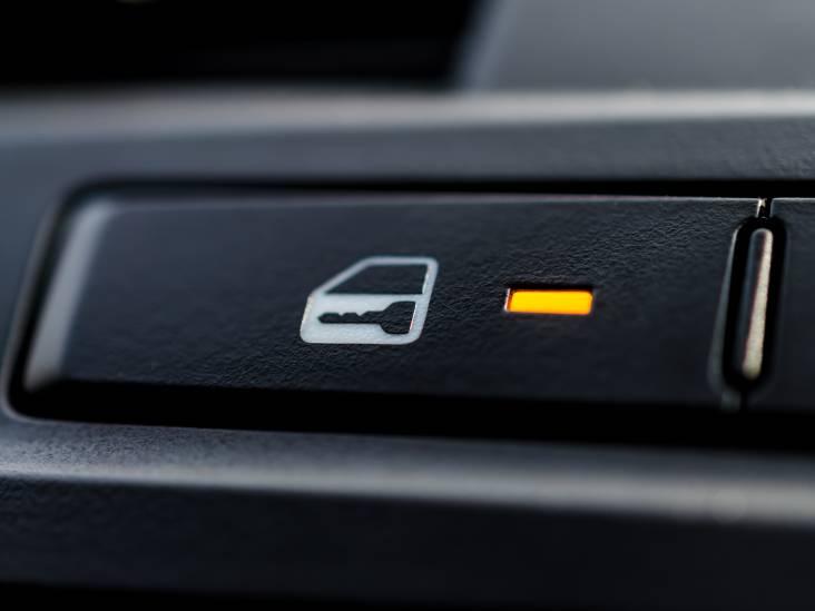 Waarom sluiten autodeuren automatisch?