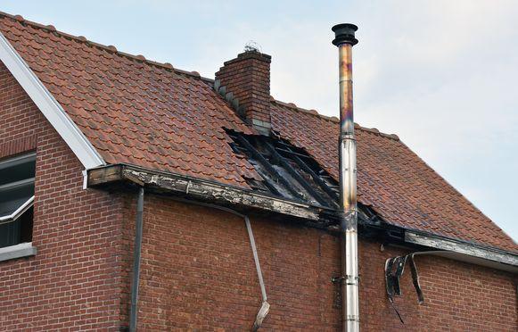 De brand sloeg een gat in het dak.