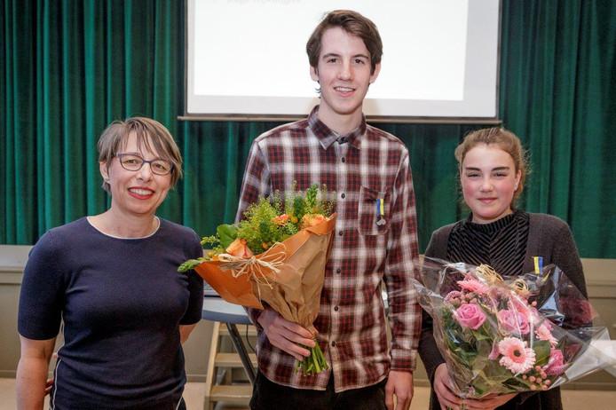 Wethouder Jolanda Pierik en de twee Brummense Bikkels, Pieter Bolt en Kim Biezeman.