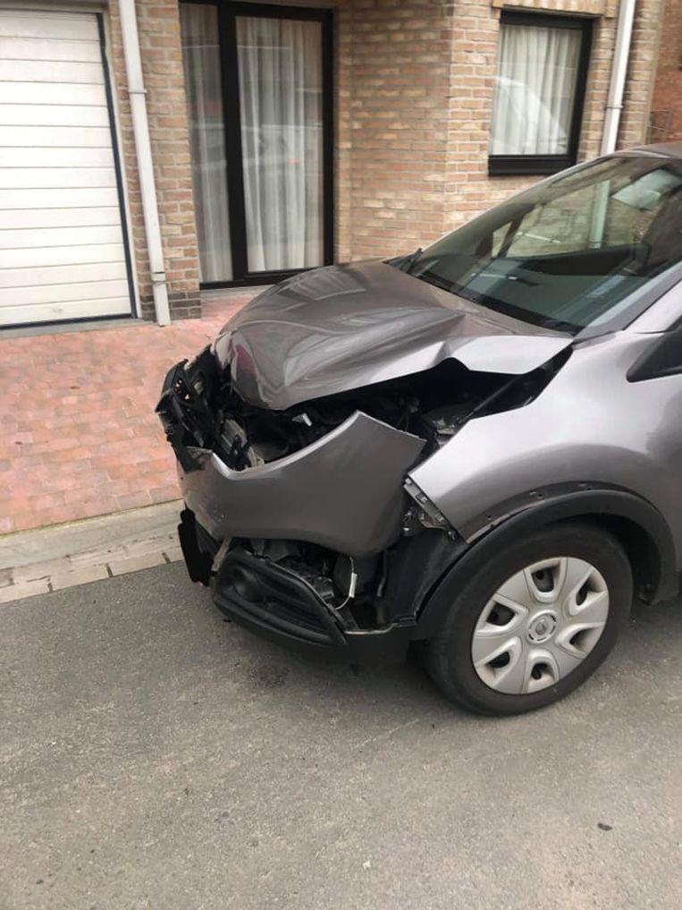 Twee geparkeerde auto's raakten stevig beschadigd.