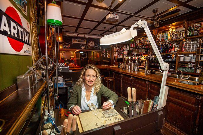 Lisette Kuunders heeft haar werkbank verhuisd naar café The Limerick, het Schoonhovense feestcafé van haar en haar echtgenoot Jacco Fredrikze.