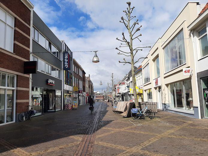 De Hamburgerstraat is maandagmiddag rond 14 uur vrijwel verlaten.