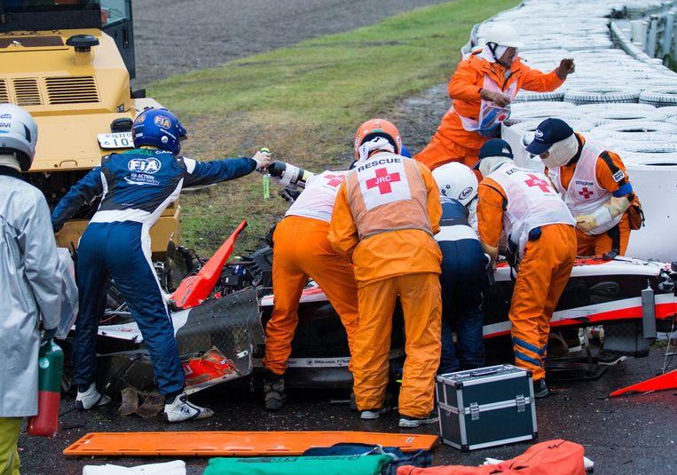 Reddingswerkers zijn bezig Jules Bianchi uit het wrak van zijn auto te bevrijden. Beeld epa