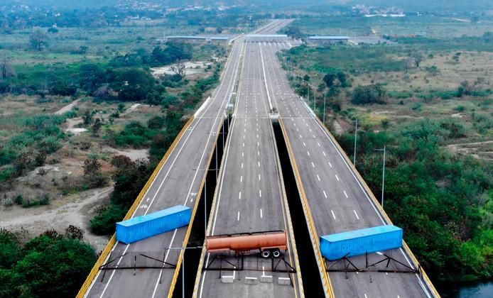 De Tienditas-brug, bij de grens tussen Venezuela en Colombia, wordt geblokkeerd.