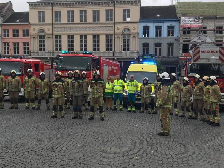 Het brandweerkorps verzamelde op de Markt voor een minuut stilte.