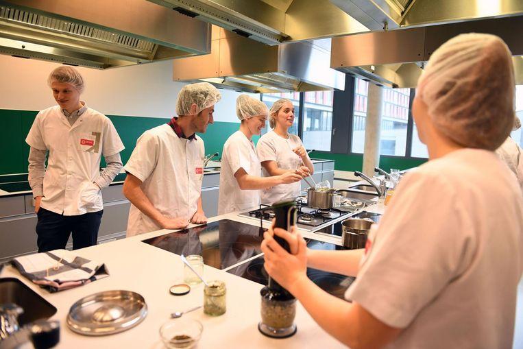 Studenten Voedings- en Dieetkunde ontwikkelen nieuwe voedingsproducten op basis van zeewier in de labo's van Campus Gasthuisberg.