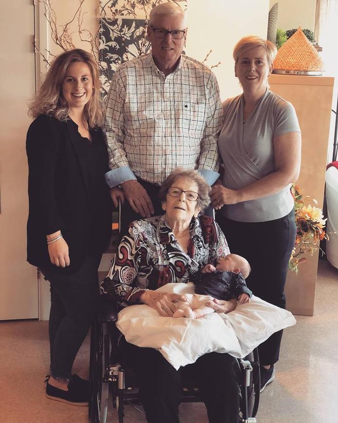 Nena (links), Herman, Wilhelmina, Noé en Caroline vormen samen 5 generaties.